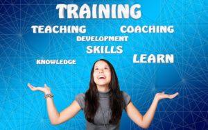 imagen de chica joven aunque sobradamente preparada, en actitud positiva, rodeada de conceptos relacionados con la gestión del talento, como training, skills, coaching, formación, habilidades, entrenamiento