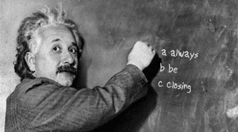 """Albert Einstein escribe sobre la pizarra la frase más celebre de la película """"Glengarry Glen Ross"""" que describe la actitud comercial: Always ble closing, siempre estamos vendiendo."""