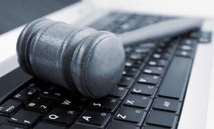 En la imagen podemos ver una maza de juez sobre el teclado de portátil, como símbolo de una justicia adaptada a un entorno digital, una de las posibles definiciones del legaltech