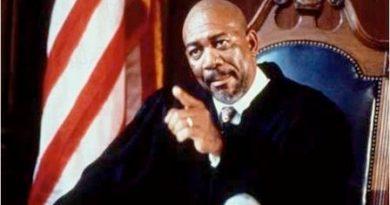 """IMagen del actor Morgan Freeman que encarna al juez de la película """"La hoguera de las vanidades"""""""