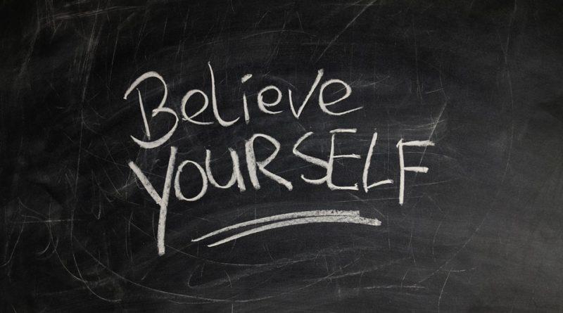 pizarra donde aparece la expresión en inglés cree en ti misma, como símbolo de la autoestima