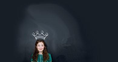 En la imagen aparece una mujer con corona y semblante de felicidad y satisfacción como paradigma de la orientación al cliente que debe tener un despacho de abogados, posiblemente el principal de los diez mandamientos en la venta de servicios jurídicos