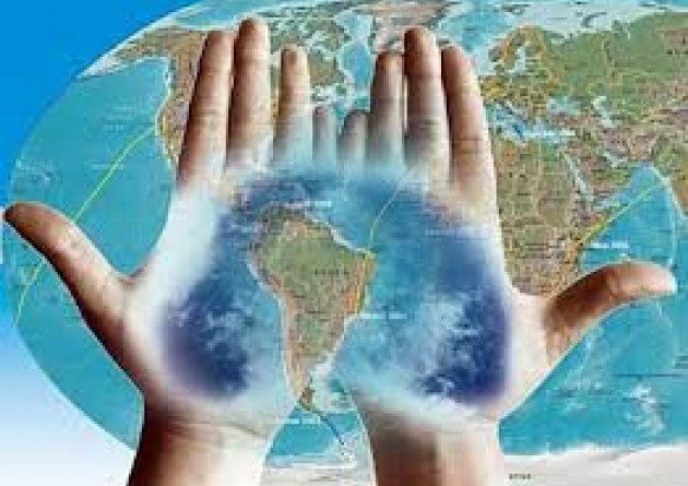 En la imagen aparecen dos manos que parecen unir los continentes europeo y americano, como parábola de un vínculo cultural y económico común