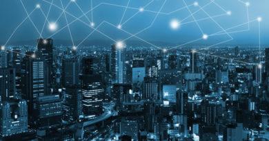 Imagen nocturna de una ciudad interconectada por tecnologías basadas en inteligencia artificial como paradigma de la tecnología blockchain, uno de cuyos ejemplos más útiles son los smart contracts
