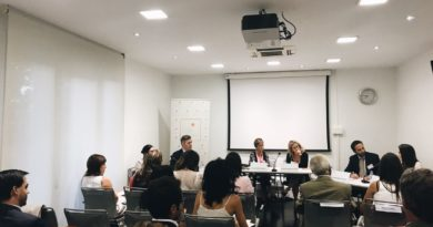 La imagen muestra la mesa de intervinientes en la presentación de un libro sobre gestión del despacho y marketing jurídico en la Fundación FIDE